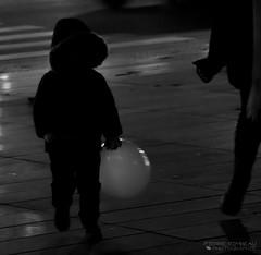 Enfant avec ballon (Pierre-R) Tags: paris enfant ballon jeu nuit sombre rue street urbain photo canon iso lumire ville lampe