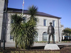 Irish Memorial.- Statue to Lt Col Blair {Paddy} Mayne in Newtownards, County Down, Northern Ireland. (mrvisk) Tags: old irish history british army soldier hero pic co man war france boots uniform proud pride ulster son tourist attraction blue sky slate roof town standing plant scrub hall idle union jack flag front glass windows colour service medals special forces infantry jungle trained summer french legion courage battle operations enemy end stone pole beware air