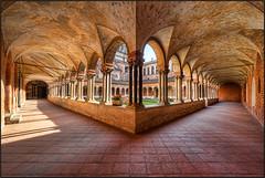 Chiostro della Basilica di Sant'Andrea a Vercelli (beppeverge) Tags: church fav50 basilica fav20 chiesa chiostro colonne vercelli colonnato fav10 architetturagotica
