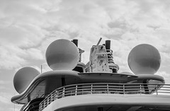 El Topaz en la marina Port Tarraco - Puerto de Tarragona - Instrumentos de navegacin con una torre abatible (Joaquim F. P.) Tags: marina germany mediterranean yacht vessel catalunya tarragona mega topaz lujo yate jfp costadorada costadaurada goldencoast tgn  lrssen ciutatdetarragona superyate porttarraco embarcacindeplacer luerssen13677 mediterraneangoldencoast