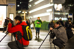Must be something interesting up there (nils.rohwer) Tags: 3 lucy nikon 14 85mm zrich nikkor bahnhofstrasse d600
