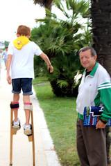 ECHASSES (xavierturlot) Tags: pau aquitaine stilts chasses child