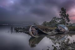Ultimos suspiros (Urugallu) Tags: barco madera hundido rio mar desembocadura destruido sanjuandelaarena asturias amanecer color luz nubes niebla bruma reflejos joserodriguez urugallu flickr canon 70d
