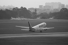Atlas Air | Boeing 767-300ER @ GRU (Aidan Formigoni) Tags: brazil bw brasil plane airplane blackwhite sãopaulo aircraft aviation atlas boeing avião takeoff pretoebranco spotting 767 aviação guarulhos gru atlasair decolagem 767300 sbgr
