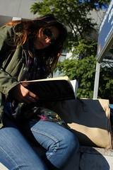 Cien Nombres (Lig Ynnek) Tags: street reading book sevilla spain streetphotography libro seville espana purse aviators leyendo