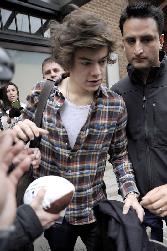 Photos Harry Styles gets mobbed in New York City entertainmentie