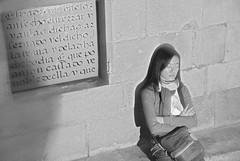 SOÑADORA - BARRIO GÓTICO - BARCELONA (CATALUÑA-SPAIN) (ABUELA PINOCHO ) Tags: barcelona españa muro byn pared noche mujer spain candid nocturna cataluña joven grabado ensueño pensativa sentada robado barriogotico ojoscerrados soñadora plazasantaclara