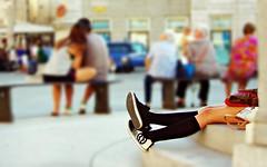 Nascosta (Riccardo Orti) Tags: pentaxk5ii pentax55300 sneakers scarpe calze gambe ginocchia borsetta persone street candid gradini seduta trieste piazzaunit piazzagrande fontanadeiquattrocontinenti sfocato