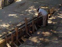 Albañil (Xic Eseyosoyese (Juan Antonio)) Tags: albañil construyendo trabajador de sol y vez en cuando se echa sus chelas ingeniero sin estudios mezcla cemento varilla tablas castillos madera trabajo mexicano méxico calle cuchara nikon coolpix s33