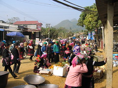 Minority peoples at the market in north Vietnam (mbphillips) Tags: fareast southeastasia 越南 ベトナム 베트남 asia アジア 아시아 亚洲 亞洲 mbphillips canonixus400 people gente 人 사람들 market 市場 市场 시장 mercado geotagged photojournalism photojournalist travel việtnam vietnam vietnamese