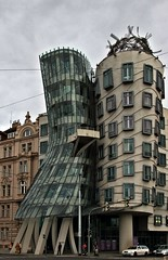 Tanzende Haus in Prag - Dancing House in Prague (fleckchen) Tags: city building dancing prague himmel haus prag tschechien tschechische republik capitol stadt architektur bauwerk gebude tanzen metropole dancinghouse bauwerke duildings tanzendehaus panoramafotogrfico tanzendehausprag