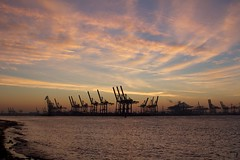 #328 Port of Hamburg before the rise (flickranet) Tags: morning color rot water colors beautiful port canon river germany dawn harbor colorful wasser harbour crane 28mm hamburg bank cranes f16 hamburger handheld redsky dawning hafen fluss morgen waterside elbe elbstrand hamburgerhafen daybreak morgens iso320 morgenrot elbufer krne morgengrauen riverelbe hafenhamburg hamburgcity 1125s breakofdawn dermorgen portofhamburg canonef28mmf18usm ammorgen canon60d flickraward dammerung hamburgottensen canonef28mm118 canoneos60d morgendammerung canonef28mm118usm morgenrote bankoftheelbe hamburgattraction dammern flickranet beachoftheriverelbe krnehafenhamburg cranesofhamburgport