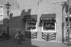 Oude manhuissteeg - Delft (Jan de Neijs Photography) Tags: oudemanhuissteeg delft blackandwhite zuidholland holland nederland royaldelftware zwartwit deporceleynefles