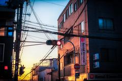 Crépuscule à Kyoto (www.danbouteiller.com) Tags: japon japonia japan japanese japonais kyoto city ville urban photo rue photoderue street streetscene streetlife streets streetshot streetphoto streetphotography buildings building sunlight sun nopeople sunset sundown canon canon5d eos 5dmk2 5d 50mm 50mm14 5d2 5dm2
