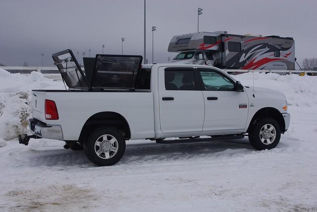 snow aluminum s pickuptruck dodge ram 270 diamondback diamondplate whitetruck tonneaucover truckbedcover dr09 passengersideview threepanelsopen wholetruck blacklinex ruggedblack hardtruckbedcover