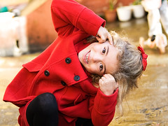 111112 (Ramón Espelt) Tags: red color girl beauty outdoors rojo autum niña infantil blonde rubia mueca otoño guapa infancia zuiko ropa positivo clothe ramón graciosa expresión chilhood 1260 girada simpática chaquetón espelt gorgozo olympuse3 positividad satorgettymomentos