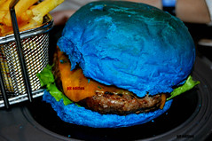 blue hamburger (pit edition) Tags: madrid blue food orange macro verde caf photography photo comida negro fastfood pedro hamburger hamburguesa pan 40 5000 fotografia edition naranja comidarapida comunidaddemadrid d5000 40caf pitedition bluehamburger