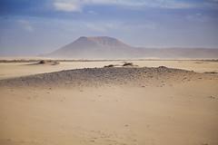 Viejos volcanes apagados a lo lejos. Parque Natural de Corralejo, Fuerteventura. (www.rojoverdeyazul.es) Tags: fuerteventura islas canarias canary islands espaa spain autor lvaro bueno volcan volcano arena desierto sand desert