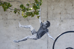 Se-raccrocher-aux-branches (RS...) Tags: graff arles chute d7100