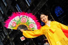 Fringe on the Mile 2016 0150 (byronv2) Tags: edinburgh edimbourg edinburghfestival edinburghfestivalfringe edinburghfringe fringe fringe2016 edinburghfringe2016 edinburghfestivalfringe2016 festival festivalfringe performer peoplewatching candid street royalmile oldtown colour colours pink red yellow asian woman girl beautiful pretty portrait binari korean fan