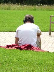 Listen to the music (FotoBIB) Tags: groen zomer muziek tuin rood wit lezen