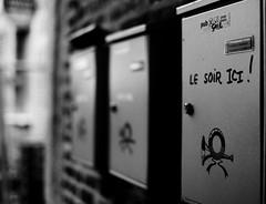 Le soir ici ! (Patrick Dricot) Tags: city blackandwhite closeup mailbox outside blackwhite exterior belgium belgique noiretblanc nb urbane namur xe1 fujix mirrorless extérieur xf35mm fujixe1 numéros