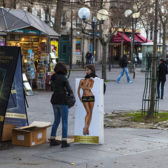Le miroir (Bernard Chevalier) Tags: paris sexy femme humour miroir publicité ville affiche nue étudiante préservatifs nudité manix étudiantes