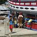 Kuna scambiano merci con il cargo ancorato