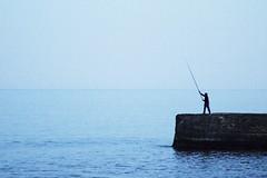 Apuesta a la esperanza (Pancho Varela) Tags: fish pesca atardecer esperanza mar calma
