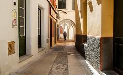 2068  Una calle de Ciutadella, Menorca (Ricard Gabarrs) Tags: calle calles rue street ciudad ciutadella ricardgabarrus paseo airelibre colores callejeando callejuela olympus ricgaba
