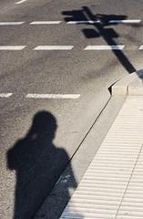 Leipzig: Schattenwrfe, Ampel und ich (henscheck) Tags: leipzig fahrbahnmarkierung schatten henteaser selbstportrait