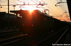 Check The Sun! (Massimo Minervini) Tags: sun sunrise alba rail sole e483105 dbsri db cremona canon400d treno trenomerci iron ferro ferrovia eaos nc train light trenes
