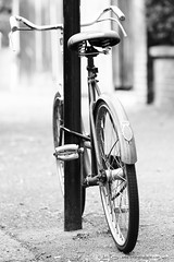 _B5A5340REWS Rest Cycle,  Jon Perry, 22-5-16 zav (Jon Perry - Enlightenshade) Tags: jonperry enlightenshade arranginglightcom 22516 20160522 bicycle bike leaning resting support supporting street bsa embrace