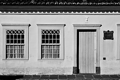 D71_3993z1 (A. Neto) Tags: sigmadc18250macrohsm nikon d7100 blackwhite bw windowsdoors windows door old house architecture historical lapa