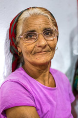 Hay miradas que no te atreves a cruzar (Eduardo Siquier Corts) Tags: rumana romania rumana romanian anciana elderwoman oldwoman feria fair ferias fairs pobre mendiga mendigo poorwoman poorman poor indigente indigent poorperson beggar panhandler espaa spain espaol spaniard spanish