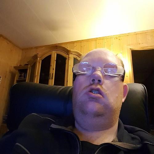 Slik ser jeg ut når jeg bruker mine godt brukte tvbriller. Disse har jeg brukt i mange år. Da ser jeg tven nokså bra.