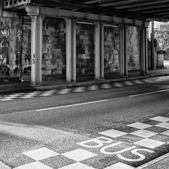 Prendre le bus pour jouer aux checs (...::: Antman :::...) Tags: street city bridge blackandwhite town noiretblanc pont rue ville limoges buslane ef24105mmf4lisusm canoneos7d couloirbus