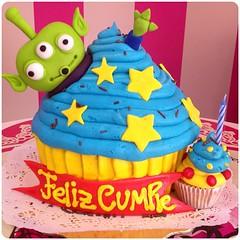 GiantCupcake!! Cupcake temtico, sper bello!! Solo en #sweetcakesstore #sweetcakes #lecheria #puertolacruz #venezuela #bakery #cupcakery #cupcake #giantcupcake #cakes #toystory #delicious #yummy #cute #cupcakes #happybday #originalakes #originalcupcakes (Sweet Cakes Store) Tags: cakes giant square de toy cupcakes yummy y toystory venezuela story tienda cupcake squareformat gigante torta fondant tortas marciano lecheria sweetcakes ponques iphoneography instagramapp uploaded:by=instagram sweetcakesstore sweetcakesve foursquare:venue=4fabda30e4b0a0d4794df0fa