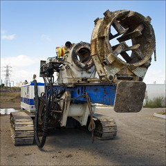 footscray-1245-ps-w (pw-pix) Tags: blue white rust driving tracks machine australia melbourne victoria boring dirt cables mast grime piling hoses hydraulic footscray piledriver westernsuburbs pilingmachine outsideheavenlyqueentemple railwaytrackwork