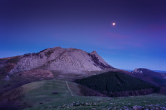 Anochecer en el Anboto (Mimadeo) Tags: light moon mountain mountains rock night evening twilight rocky peak moonlight basque euskadi basquecountry paisvasco urkiola anboto amboto mountainrangemoon