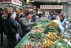 FRUTERIA EN EL MERCADO DE LA BOQUERIA, BARCELONA (Manel Armengol C.) Tags: barcelona espaa spain mercadomunicipal catalunya 90s catalua fruita fruiteria mercatdelaboqueria fruteria verdures mercadodelaboqueria mercatdesantjosep alimentaci barcelonacatalunya mercatmunicipal puestodeventaenmercado