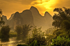 El Ro Yulong desde Yangshuo Mountain Retreat | Yangshuo, China (Pola Damonte) Tags: china trip travel blue light mountain mountains sol water azul ro rural canon river landscape atardecer landscapes photo high agua asia exterior dynamic outdoor guilin yangshuo pablo paisaje viajes retreat montaa range hdr pola vegetacin celeste  damonte chinarural flickrstruereflection2 flickrstruereflection3 flickrstruereflection4 magicmomentsinyourlifelevel2 magicmomentsinyourlifelevel1 magicmomentsinyourlifelevel3