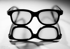 Four Eyes (NoBudgetPhoto.de) Tags: bw canon eos sw 365 brille schwarzweiss glas glases gegenstand 60d eos60d