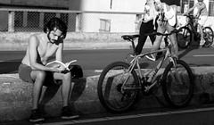 textos urbanos. (dfactory) Tags: sopaulo brasil brazil rua street minhoco reading lendo leitura read book livro bicicleta pretoebranco branco preto