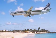 285cr - Sun Country Boeing 737-800; PH-HZV@SXM;07.03.2004 (Aero Icarus) Tags: avion plane aircraft flugzeug slidescan princessjulianainternationalairport saintmartin sintmaarten sxm