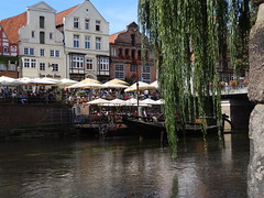 Lneburg (anders.l1) Tags: trauerweide weeping willow boat flus river gebude cafe