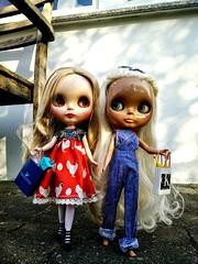 Hühnerkleid-Katinka und Latzhosen-Shannon waren shoppen