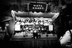 Give me a hug (Michel Waltrowski) Tags: attraction bw blackwhite gr games homme hug jeux maya nb noirblanc peluche plopsaland ricoh calin clin ii ricohgrii