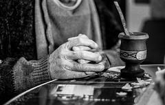 Manos (Analogo - Digital) Tags: manos hands abuelo grandpa grandfhater o oldhands arrugas abuelos canon eos1 ilford hp5 400 epson v600 scan revelado blancoynegro film carrete analogico negativo byn mate migas 50mm 18 reflejo mesa vidrio dedos fingers cordoba argentina nono