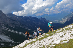salita e nuvole (Tabboz) Tags: montagna dolomiti sentieri cima vetta trekking boschi mugo rifugio panorama valle roccia nuvole
